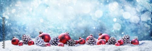 Foto-Doppelrollo - Snowy Christmas Balls And Pinecones In Wintery Scene  (von Romolo Tavani)