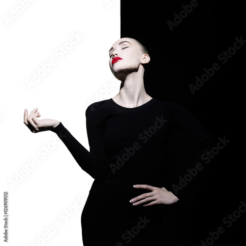 Photo sur Aluminium womenART Elegant blode in geometric black and white background