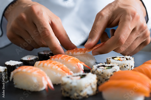 Stickers pour porte Sushi bar Chef preparing sushi