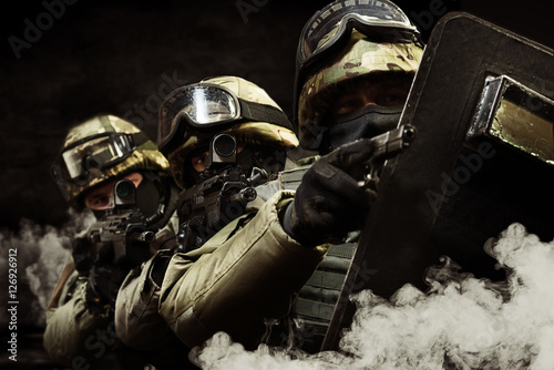Fotografía  The man in the image of a member of the special forces with weap