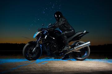 Motorbiker w hełma obsiadaniu na rowerze