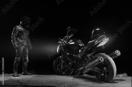 Zdjęcie XXL Męski rowerzysta w rzemiennej strój pozyci obok roweru