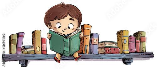 dziecko-czytajace-ksiazke-siedzace-na-polce
