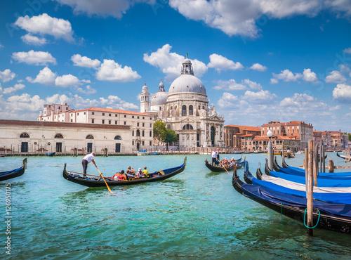 Stickers pour porte Venise Gondolas on Canal Grande with Basilica di Santa Maria della Salute, Venice, Italy