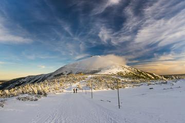 Śnieżka w zimie, krajobraz z górskim szczytem w Karkonoszach