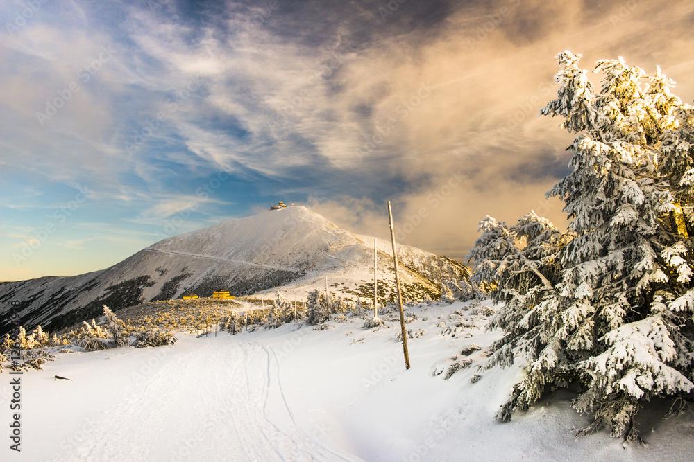 Fototapety, obrazy: Śnieżka w Karkonoszach - zaśnieżony szczyt górski zimą