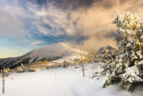 Śnieżka w Karkonoszach - zaśnieżony szczyt górski zimą