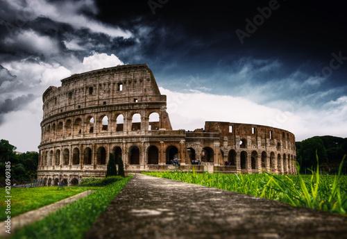 Photo  Colloseum amphitheater in Rome with grassy field
