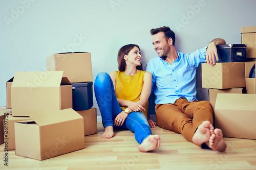 Happy couple having break during moving to new house Fototapet