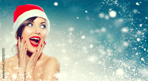 Foto-Doppelrollo - Christmas. Beautiful surprised woman in Santa's hat (von Subbotina Anna)