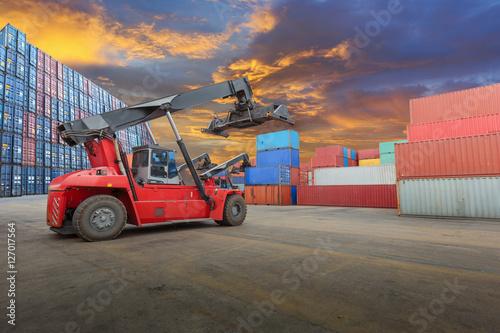 Zdjęcie XXL wózek widłowy na podwórku kontenerowym