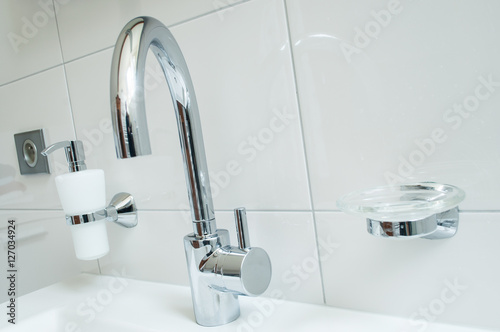 Photo design salle de bain blanc et chrome