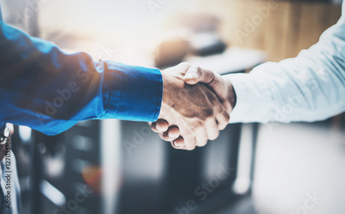 Fotografía  Close up view of business partnership handshake concept