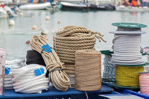 Fotografiet  Cordages enroulés dans le port de Douarnenez, Finistère, Bretagne,