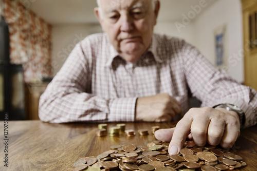 Fotografía  Senior zählt sein Kleingeld, Altersarmut