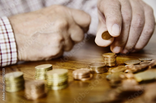Fototapeta Senior zählt sein Kleingeld, Altersarmut obraz