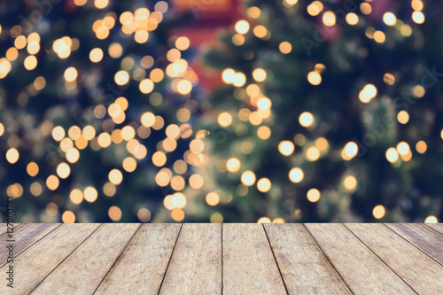 Fotografía  Christmas holiday background with empty wooden table