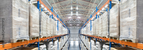 Spoed Foto op Canvas Industrial geb. Huge distribution warehouse with high shelves. Top panoramic view.