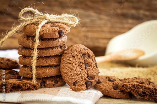 Zdjęcie XXL Zamyka w górę brogujących czekoladowego układu scalonego ciastek na pielusze z drewnianym