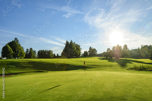 Wall Murals Golf Golfplatz in der Abendsonne