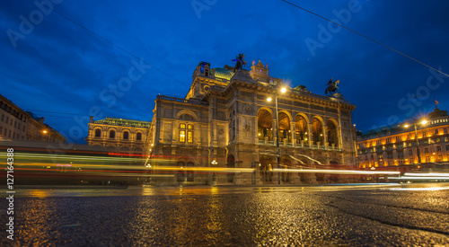 Tuinposter Wenen Vienna State Opera House at night, Austria