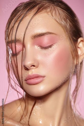 Fotografía  Beautiful portrait of girl with pink makeup