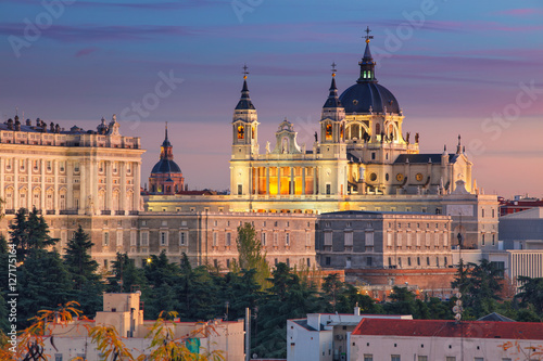 Foto auf Gartenposter Madrid Madrid. Image of Madrid skyline with Santa Maria la Real de La Almudena Cathedral and the Royal Palace during sunset.