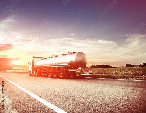 Fototapeta Metalowe cysterny paliwowe przewożące paliwo