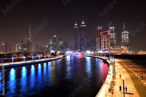 Photo  Dubai Skyline at night from new Dubai Canal, U.A.E