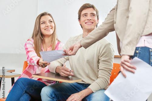Foto  Erfolgreiche Schüler und Lehrer beim Examen