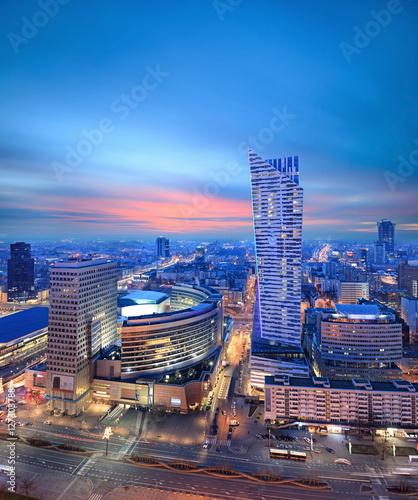 nocny-widok-nowoczesnej-dzielnicy-biznesowej
