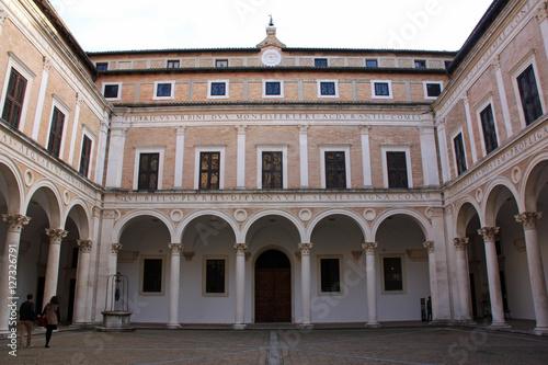 Foto op Aluminium Artistiek mon. Grande cour du Palais Ducal à Urbino, Italie