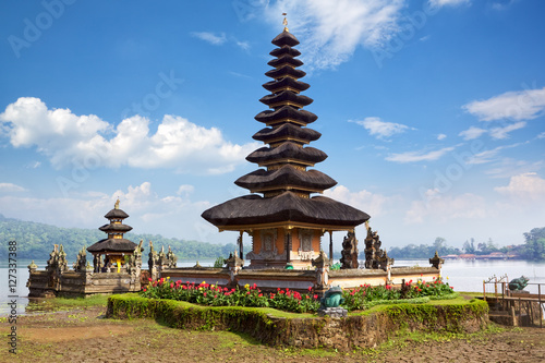 Foto op Plexiglas Indonesië Pura Ulun Danu Bratan temple on the lake Beratan, Bali, Indonesia