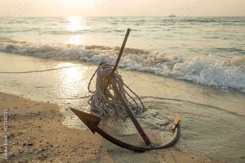 Keuken foto achterwand Schip RUSTY ANCHOR WET BEACH SAND AND WHITE SEA-WAVE FOAM