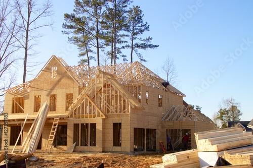 Valokuvatapetti House under construction