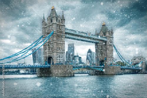 tower-bridge-in-london-bei-schnee-und-sturm