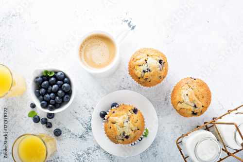 Fotografia Bright and airy breakfast with blueberry muffin