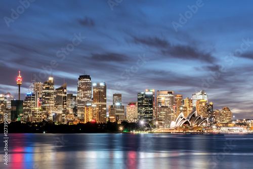 Photo  Sydney, Australia - November 6, 2016: View of the Opera House and City Sydney Tower in the beautiful sunset times, the most iconic landmarks in Sydney