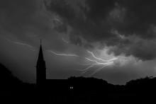 Gewitter über Kirche In Duisburg-Duissern
