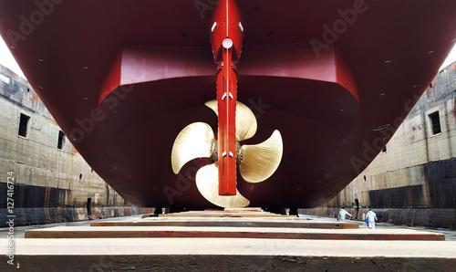Fotografía  stern and propeller in refitting at drydock