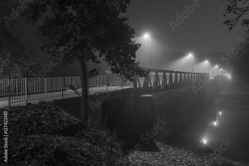 In de dag Theater Nachtaufnahme einer Brücke in Regensburg mit Nebel