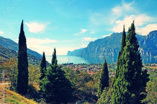 Spoed Foto op Canvas Turkoois Blick auf den Gardasee mit Zypressen