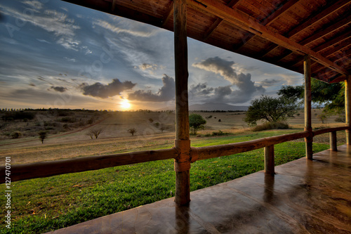 Photo Amazing view from a wooden porch of a luxury lodge in Tanzania