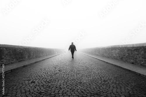 Photo Persona cammina da sola nella nebbia