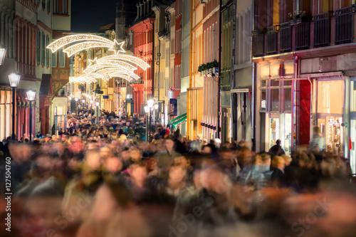 Fotografie, Obraz  Shopping Gedränge in einer Einkaufsstraße, Fußgängerzone Heidelberg vor Weihnach