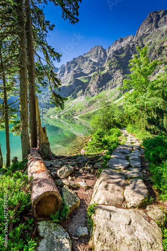 Zdjęcie XXL Oszałamiająco jezioro w górach przy świtem w Polska