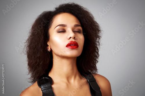 Foto  Porträt der träumenden Mode-Frau im schwarzen Kleid auf Gray Background