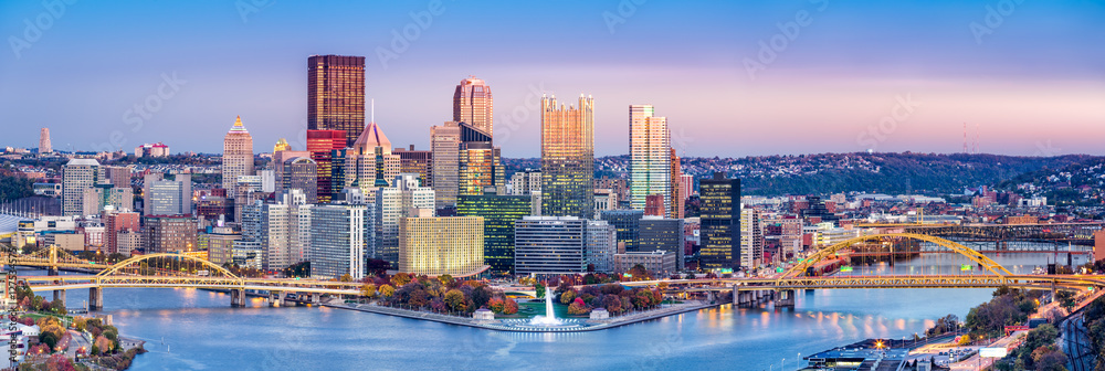 Fototapeta Pittsburgh, Pennsylvania skyline at dusk. Located at the confluence of the Allegheny, Monongahela and Ohio rivers, Pittsburgh is also known as