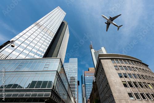 Zdjęcie XXL Wieżowce we Frankfurcie i samolot latający nad głową