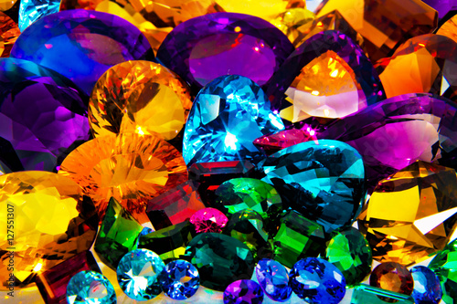 gemas esmeraldas zafiros diamantes rubies cristales cuarzos amatista granates citrinos Emerald gemstones sapphires diamonds rubies crystals quartz amethyst citron garnets
